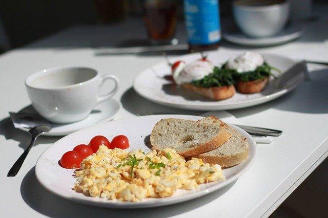 Ideas de desayunos con miel saludables: huevos revueltos y café con miel